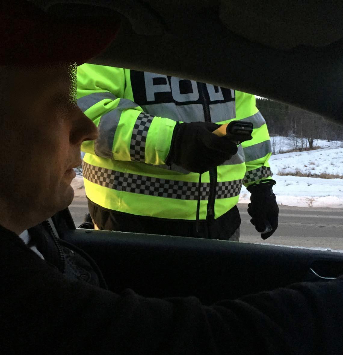 politi-gjennom-bilvindu-kontroll-1.jpg