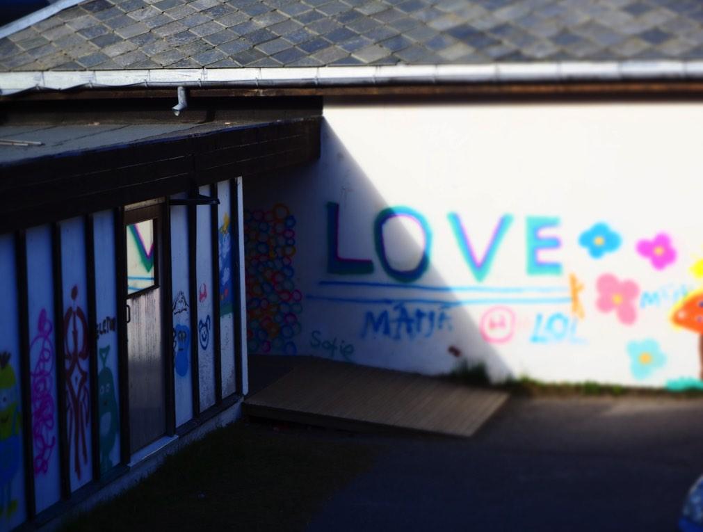skolevegg-grafitti-love.jpg